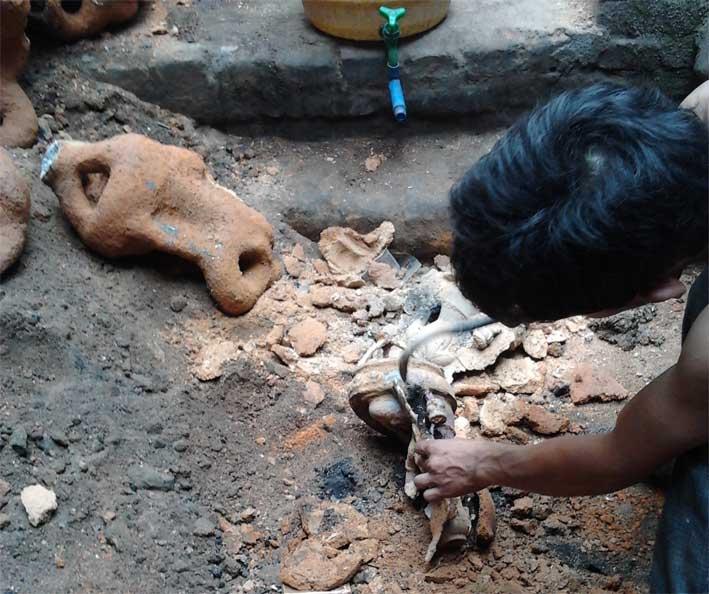 удаление глины с бронзовой статуэтки