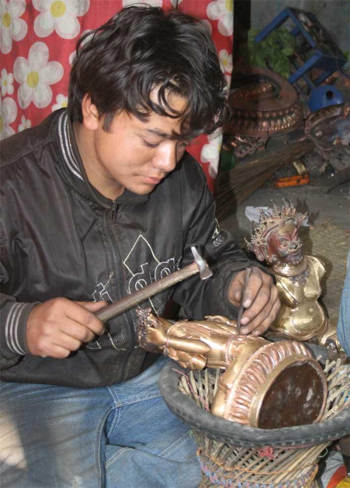 художественная обработка чеканка бронзовой статуэтки